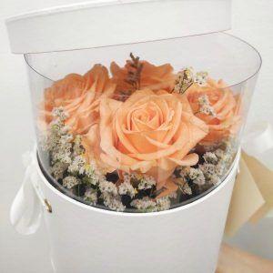 Caja con mirilla de rosas preservadas